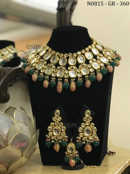 This style of Kundan jewellery includes colored metal surfaces that add beauty to the piece